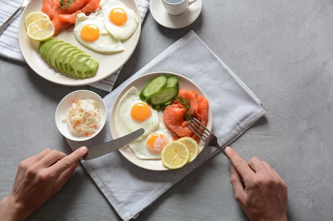 Яичница с авокадо и лососем