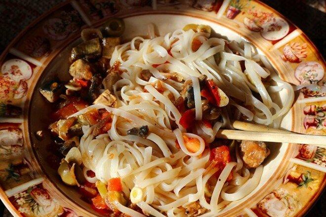Рисовая лапша по-китайски со скумбрией