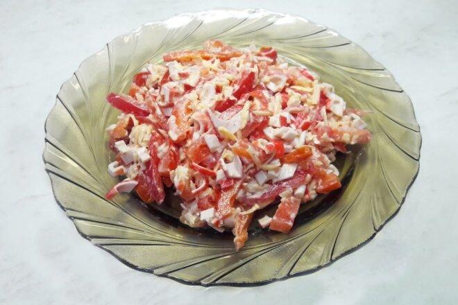 Салат Красное море с крабовыми палочками и сладким перцем