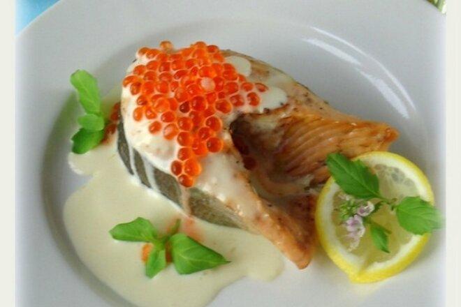 Филе лосося на гриле в сливочном соусе с красной икрой