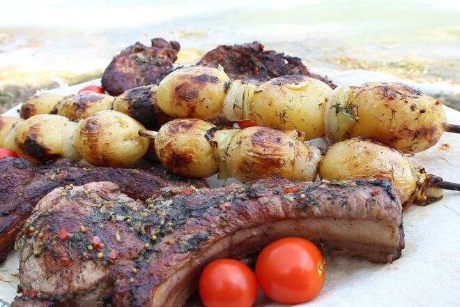 Свиная корейка на углях в остром чесночном соусе