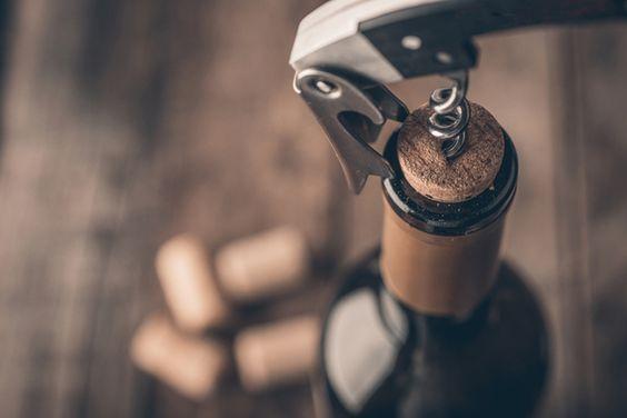 Как открыть вино при помощи ботинк