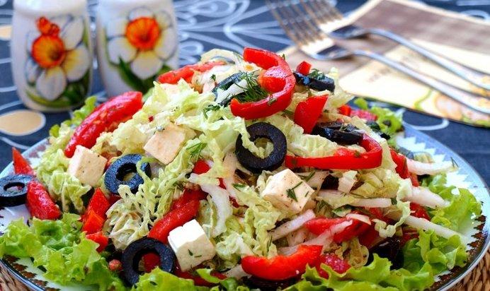 Овощной салат с маслинами и брынзой