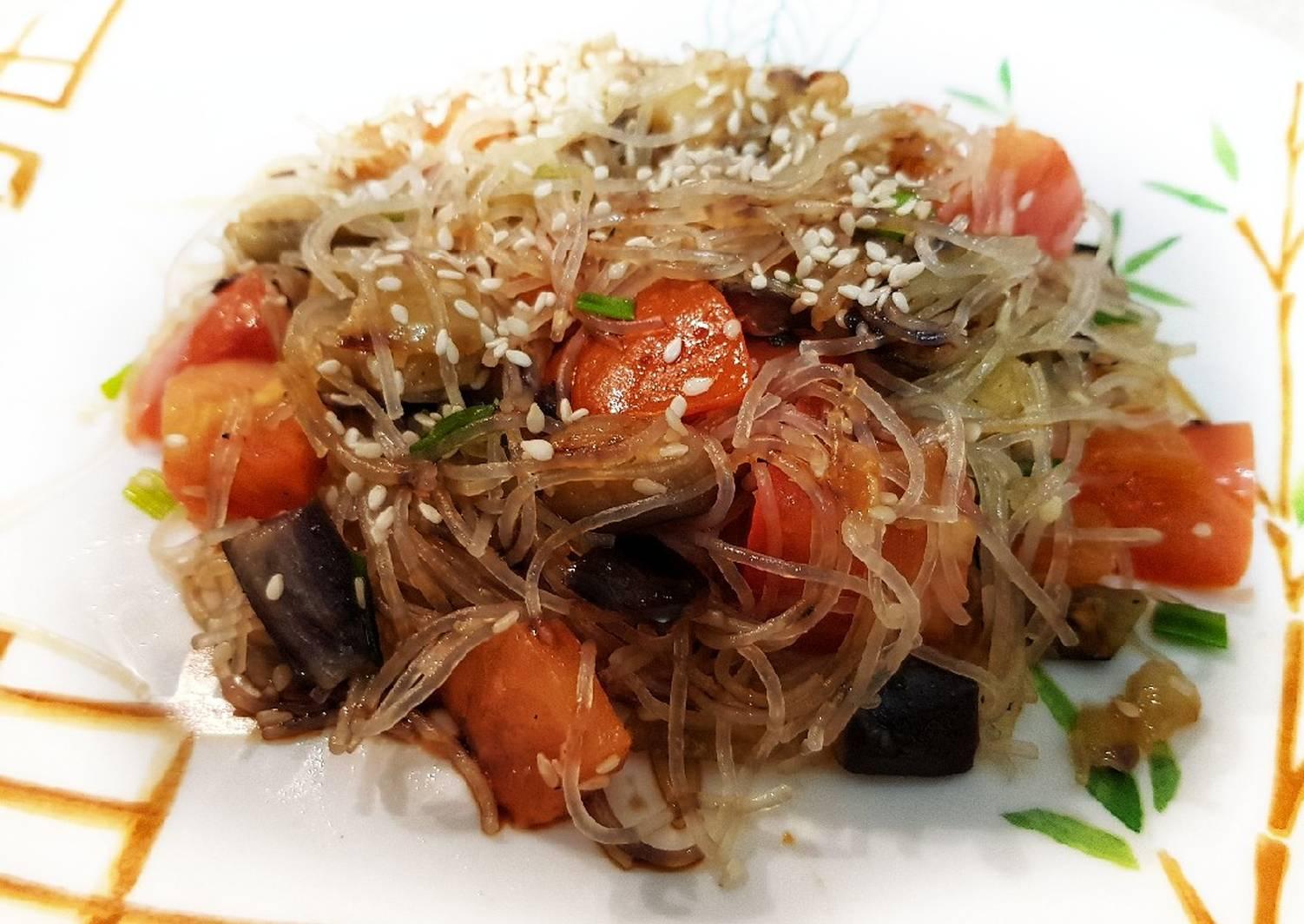 Салат с баклажанами, фунчозой и говядиной
