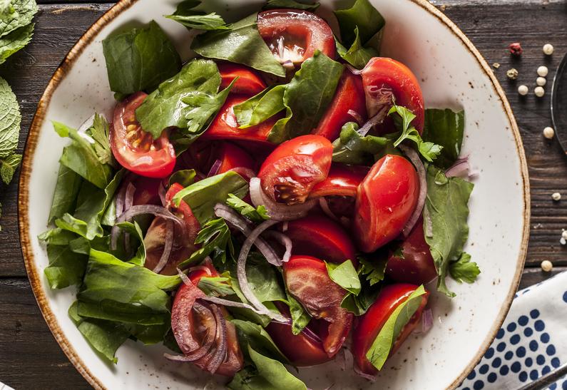 Салат из свежего щавеля и помидоров