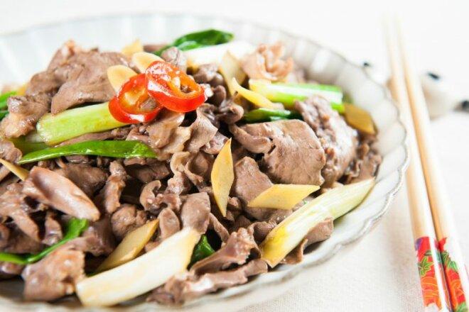 Салат из свиного сердца с маринованным луком и зеленью