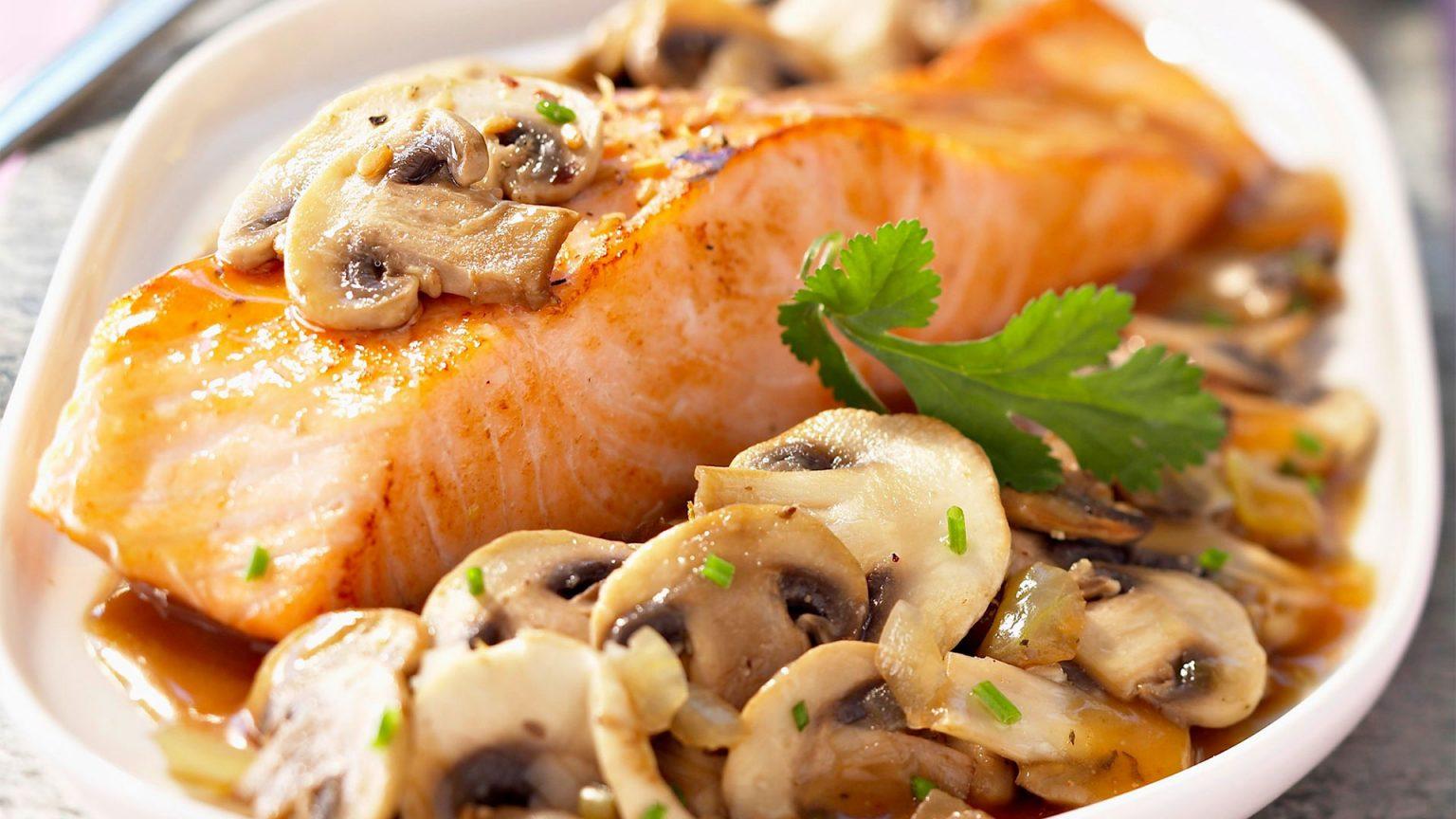 Рыбные стейки с грибами и сыром
