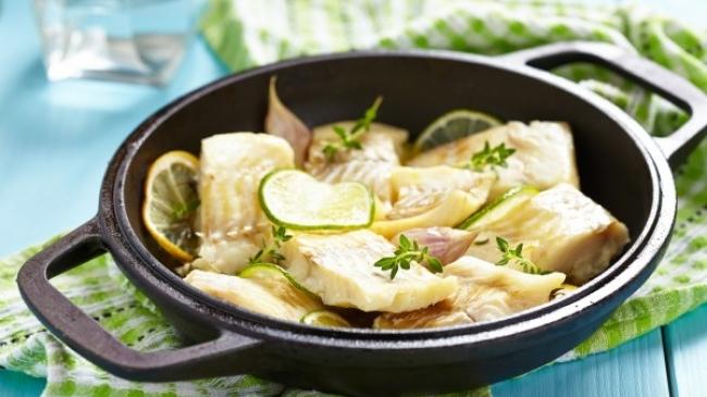 Рыба в сметано-лимонном соусе — отлично для летнего ужина