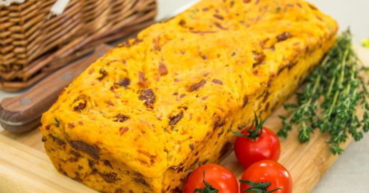 Хлеб с вялеными томатами, сыром и тимьяном