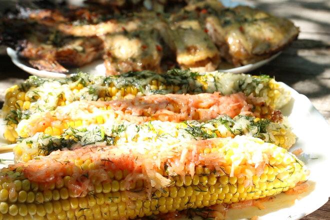 Кукуруза с сыром и камбала с чесноком на углях