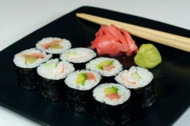 Японские роллы с лососем, авокадо и огурцом