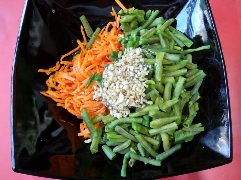 Салат с зеленой фасолью и корейской морковью