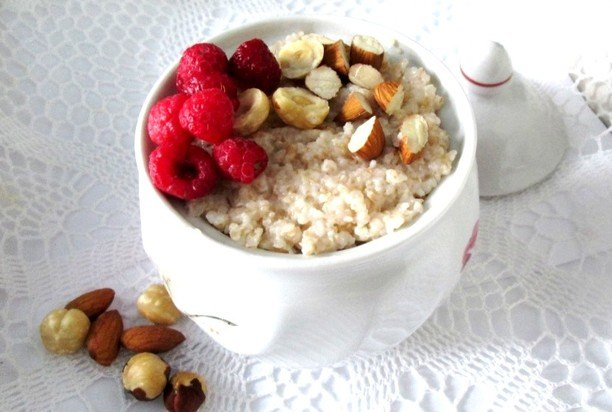 Овсяная каша к завтраку с ягодами и орехами