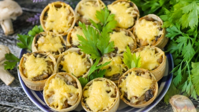 Тарталетки с курицей, грибами и сыром — сочная и аппетитная закуска