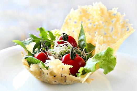 Салат в сырной корзиночке