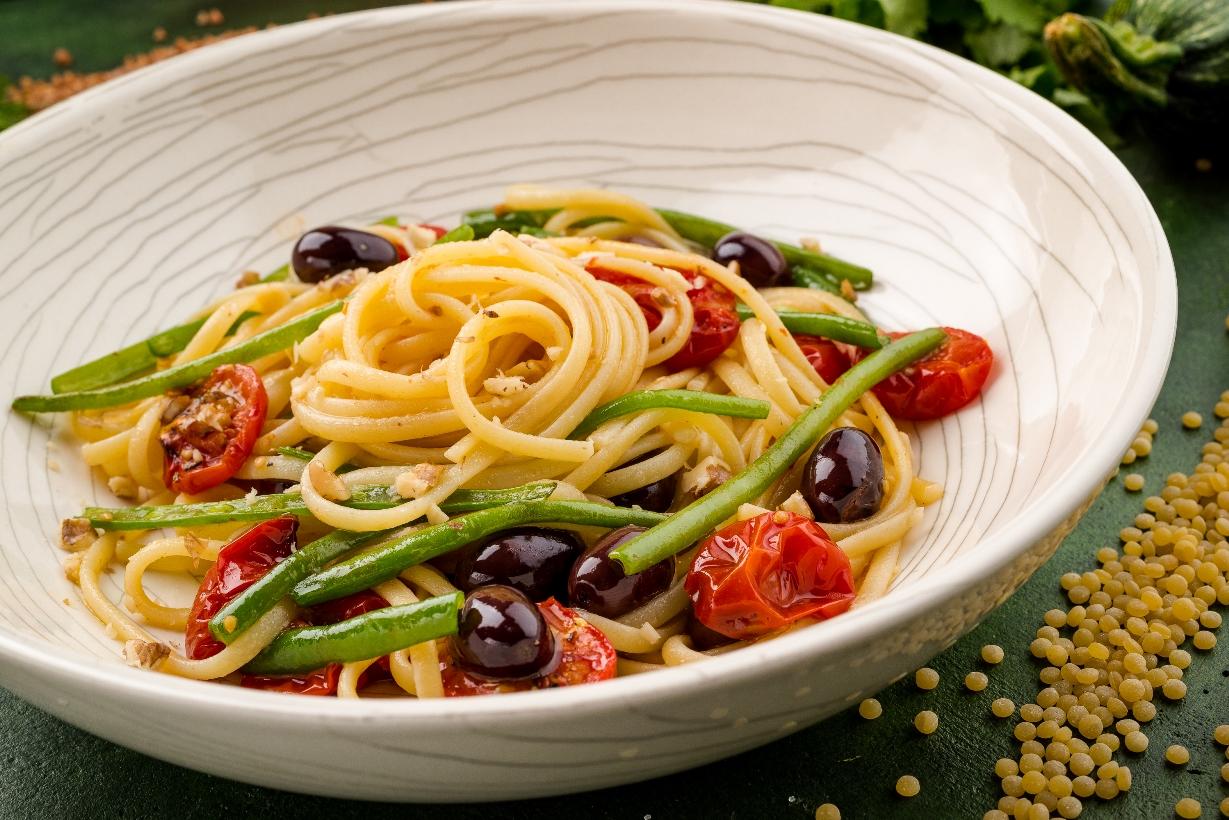 Паста с маслинами, овощами и соусом