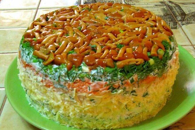 Слоеный салат «Лукошко» с грибами и мясом