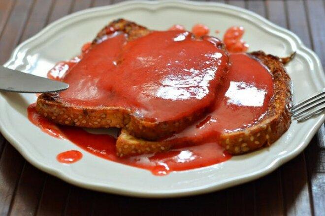 Французские тосты с соусом из клюквы