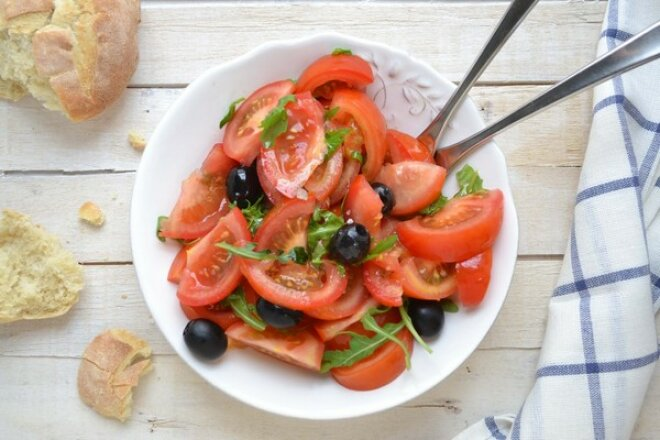 Легкий салат из томатов с оливками
