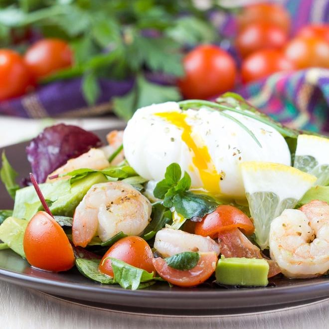 Салат с морепродуктами и яйцом пашот