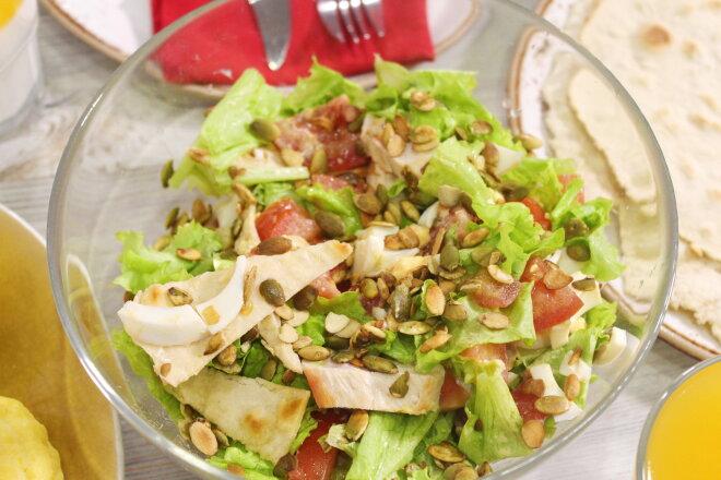 Салат с овощами, куриной грудкой и тыквенными семечками