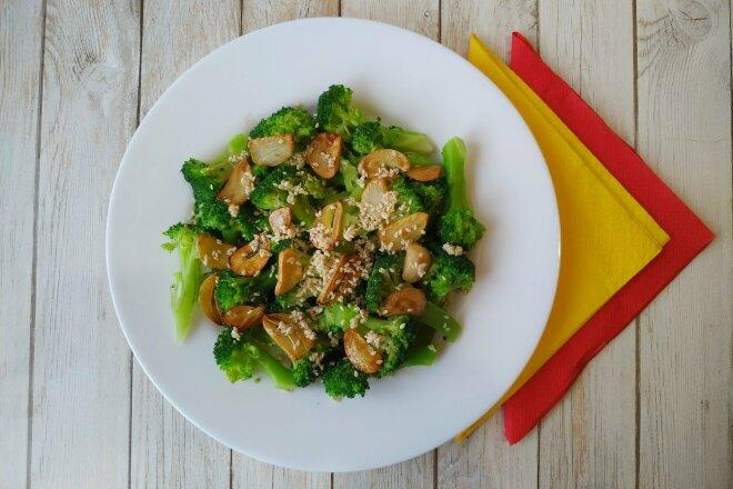 Салат из брокколи с чесночными чипсами и пикантной заправкой